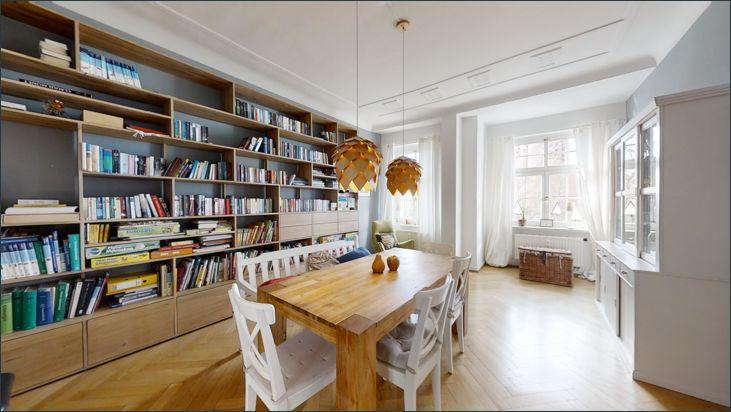 Esszimmer mit Bibliothek