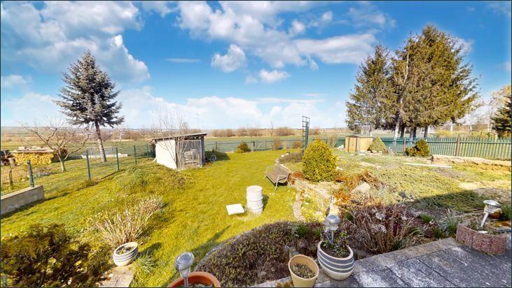 Blick von Terrasse auf den Garten