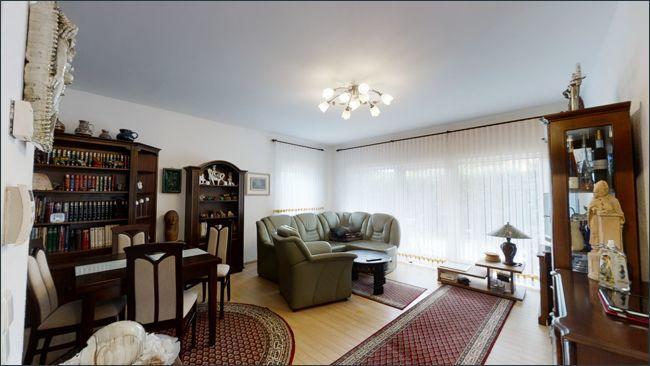 Blick ins Wohnzimmer mit Zugang zur Terrasse