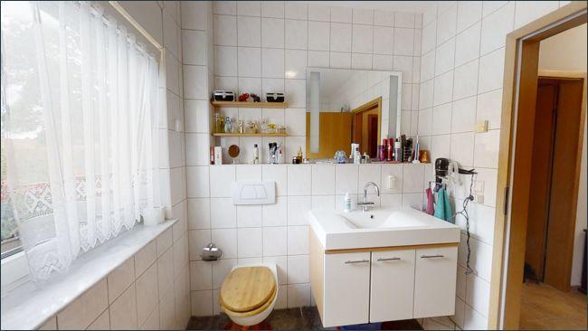 Bad mit WC und Badewanne