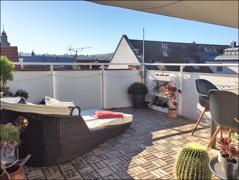 ..Zugang zur sonnigen Dachterrasse mit Blick über die Dächer der Stadt