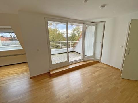 Wohnzimmer mit Austritt zur Loggia