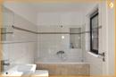 Erdgeschoss-Bad mit Badewanne