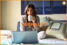 Frau-Bett-Laptop-Verkauft