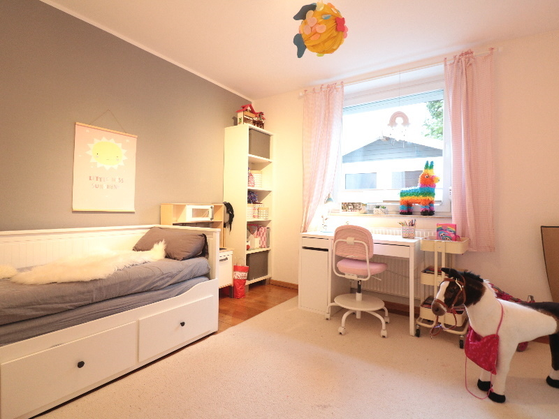 Weiteres Kinderzimmer mit schönem Parkett
