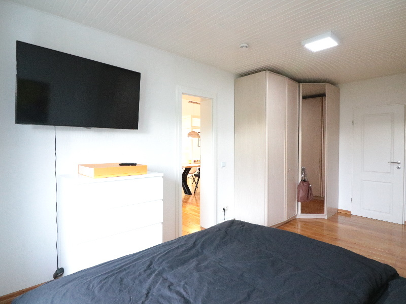 Gut geschnittenes, helles Schlafzimmer
