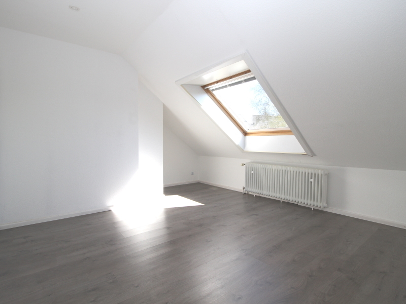 Zimmer von guter Größe im Dachgeschoss