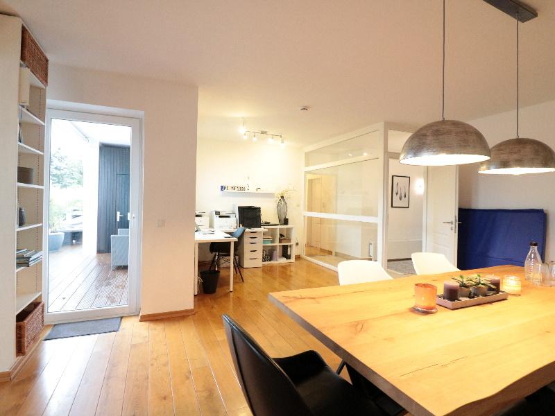 Stilvoller und lichtdurchfluteter Wohn- und Essbereich mit schönem Parkett