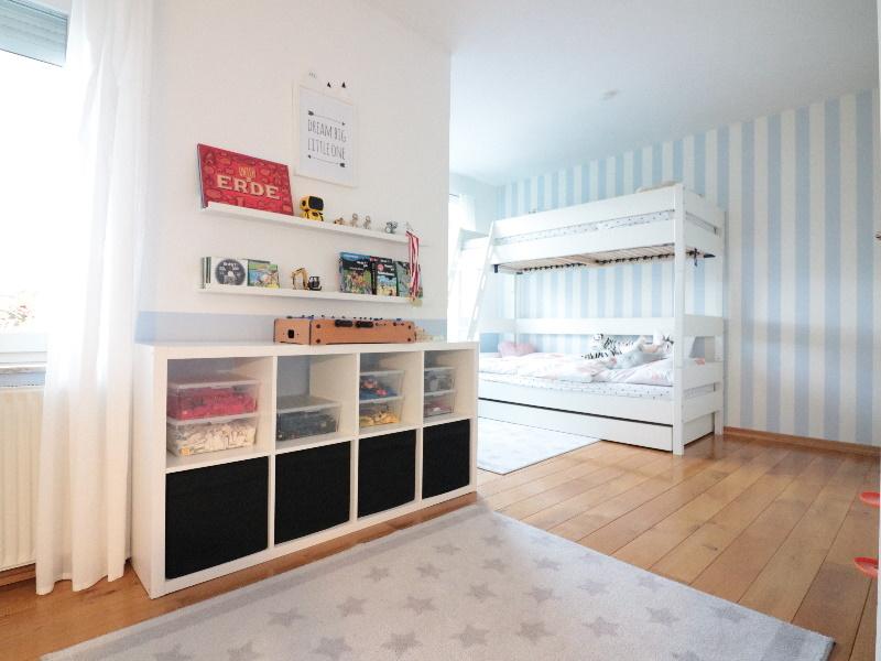 Lichtdurchflutetes Kinderzimmer von sehr guter Größe