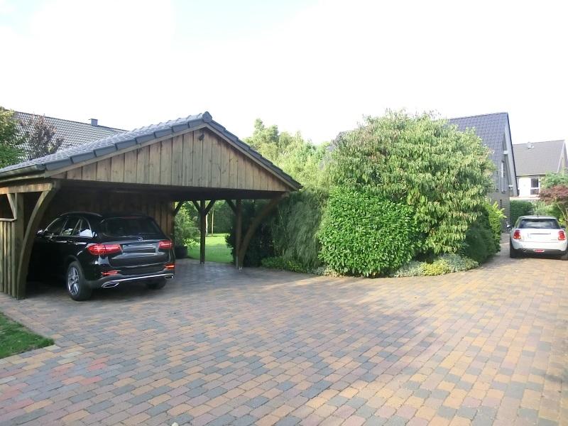 Schöner Carportbereich sowie weitere Parkplätze