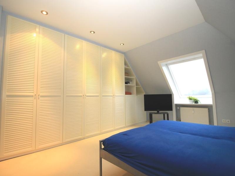 Schlafzimmer mit großem Einbauschrank