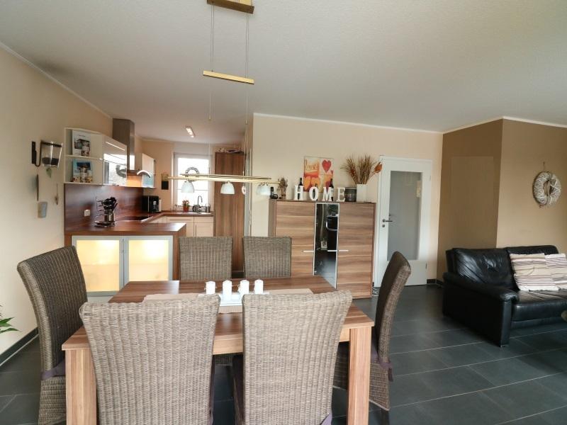 Moderner, offengehaltener Küchen-/Wohn- und Essbereich