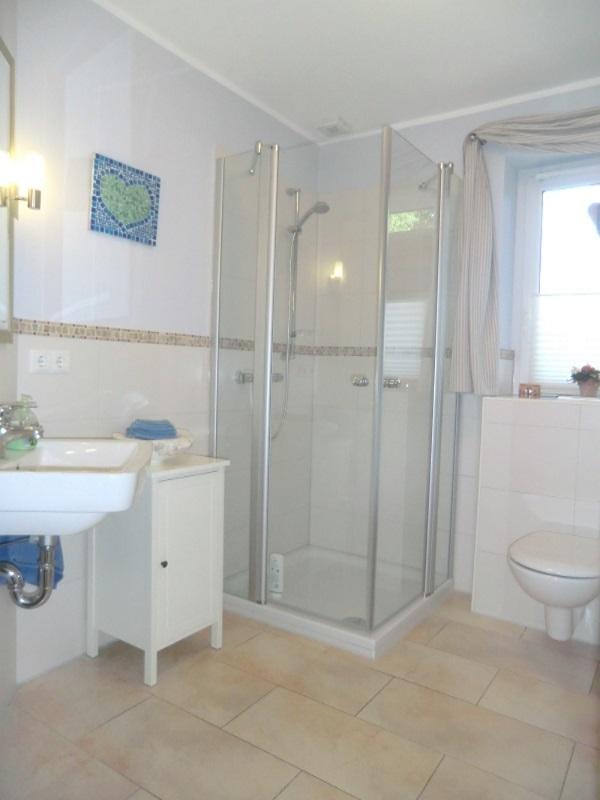 Modernes Gäste-Duschbad im Erdgeschoss