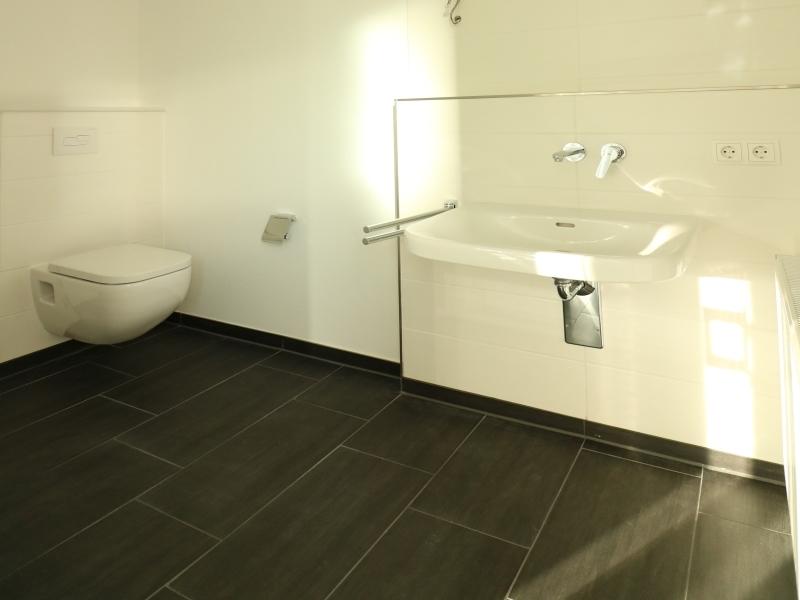 Helles und modernes Duschbad
