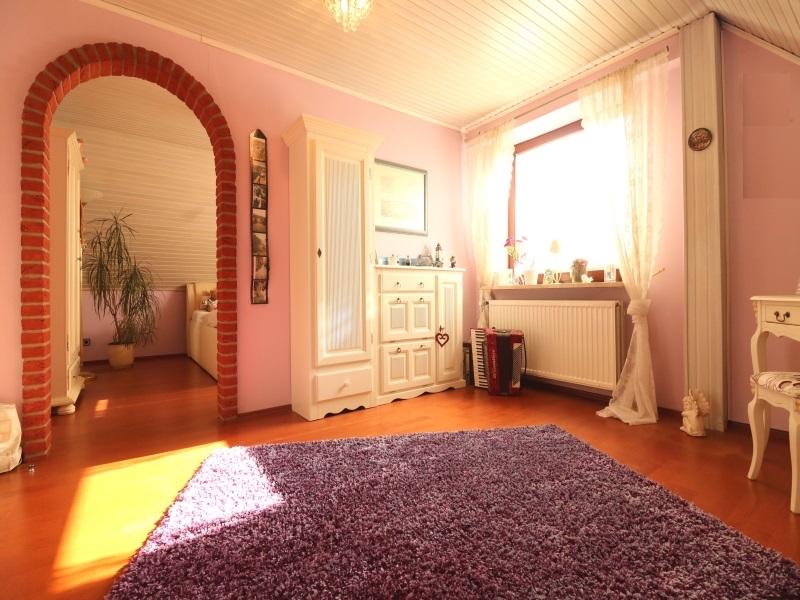 Geräumiges Ankleidezimmer mit Zugang zu einem weiteren Schlafzimmer