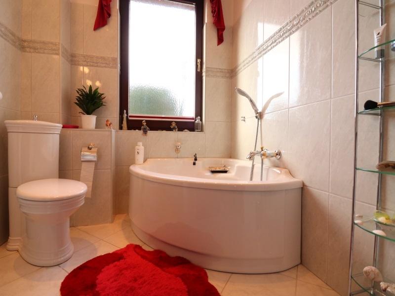 Modernes Vollbad mit Eckbadewanne im Erdgeschoss
