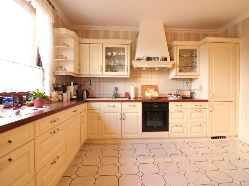 Moderne Einbauküche mit großzügigem Essbereich