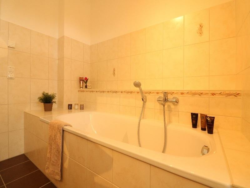 Schönes Vollbad mit separater Dusche