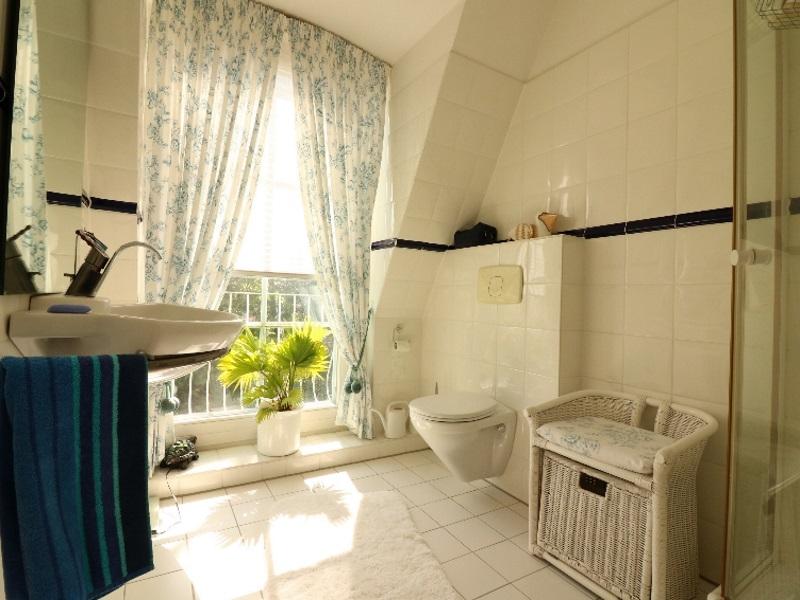 Modernes, zusätzliches Duschbad