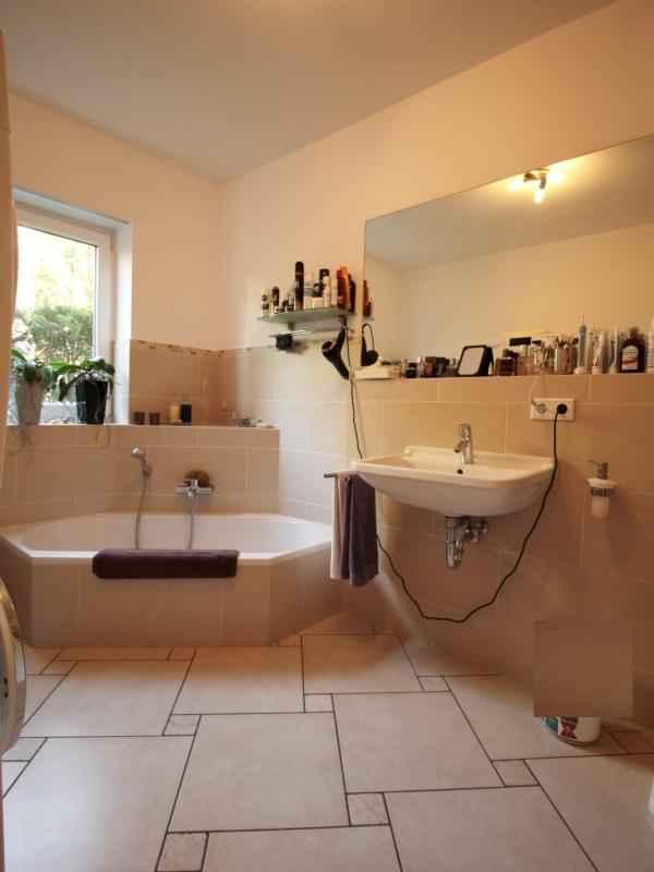 Vollbad mit Badewanne und separater Dusche