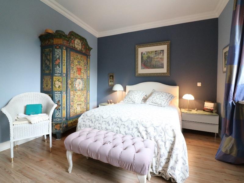 Schlafzimmer von guter Größe