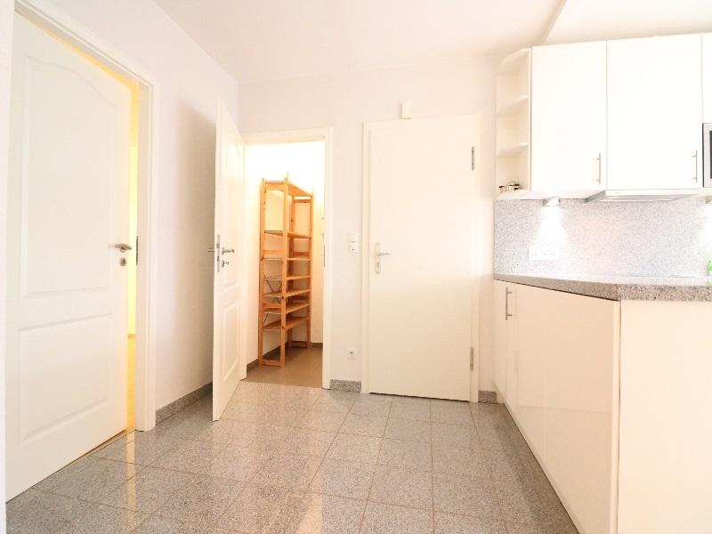 Küche mit Zugang zum Abstellraum