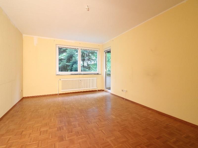 Helles, schönes Wohnzimmer mit Zugang zur Loggia