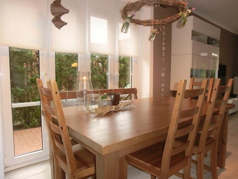 Heller Essbereich mit bodentiefen Fenstern