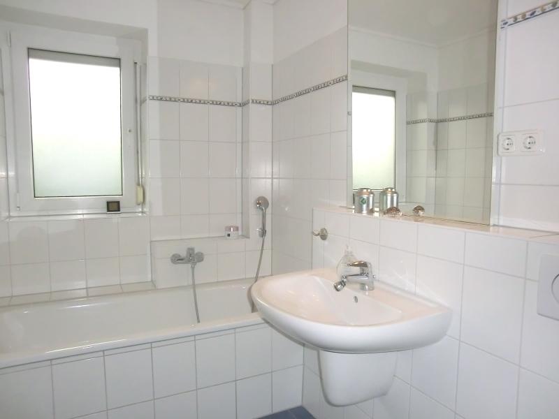 Helles Vollbad mit Badewanne und separater Dusche