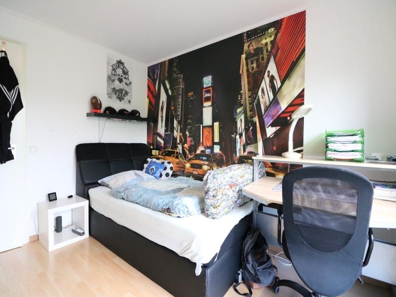 Schlafzimmer mit bodentiefen Fenstern