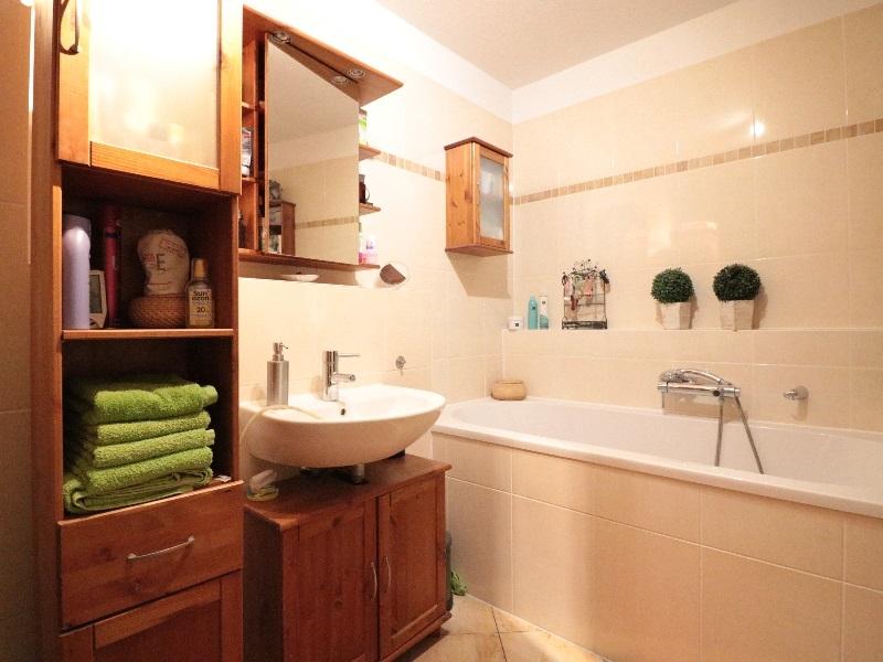 Vollbad im Obergeschoss mit separater Dusche