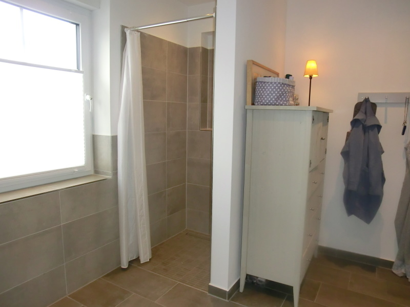 Modernes, geschmackvolles Vollbad mit separater Dusche