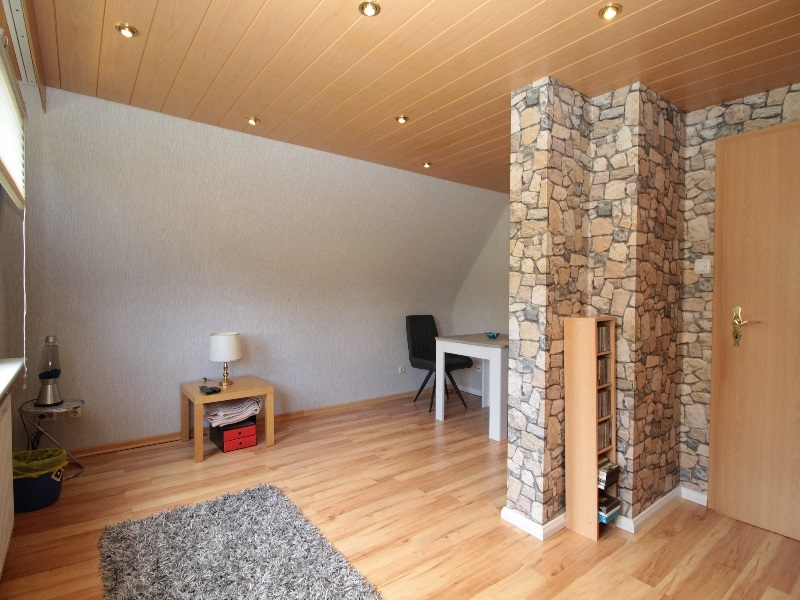 Ein weiteres, schönes Zimmer im Obergeschoss mit viel Licht