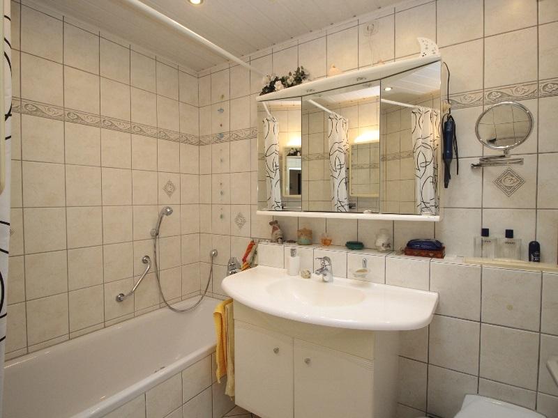 Modernes Vollbad mit Badewanne und Handtuchheizung