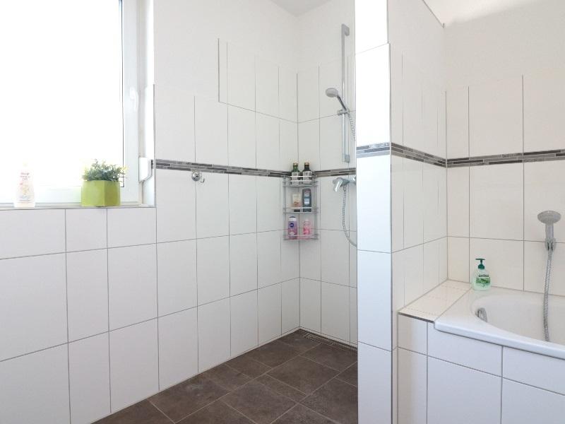 Vollbad mit separater Dusche