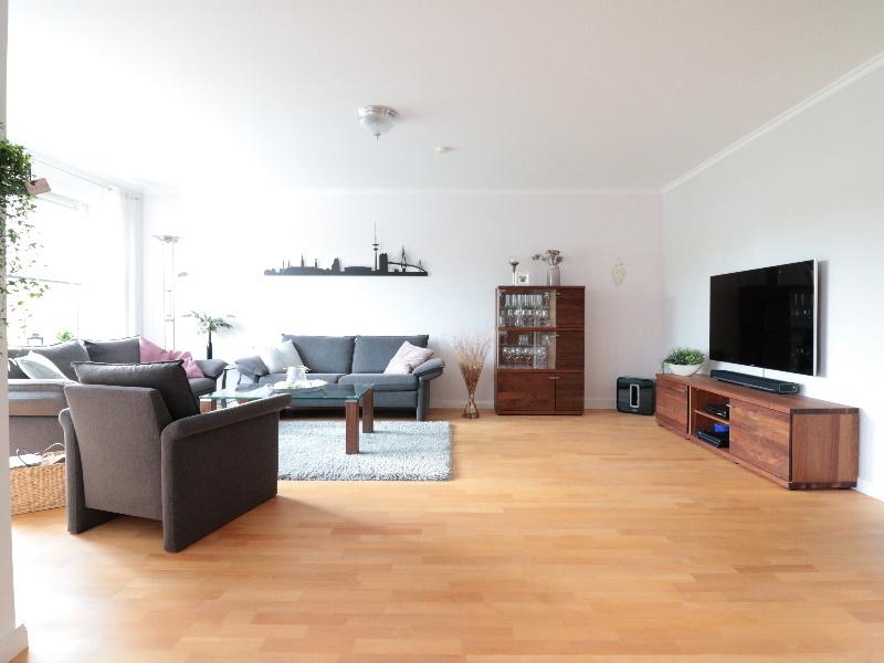 Großzügiger und stilvoller Wohn-/ Essbereich mit hübschem Parkettfußboden