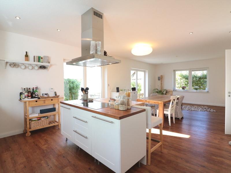 Lichtdurchfluteter, offener Küchen-/Wohn- und Essbereich