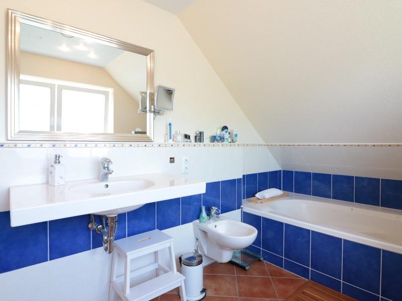 Modernes Vollbad mit separater Dusche
