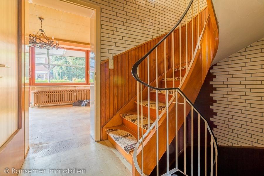 EG: Treppenhaus - Blickrichtung Wohnzimmer