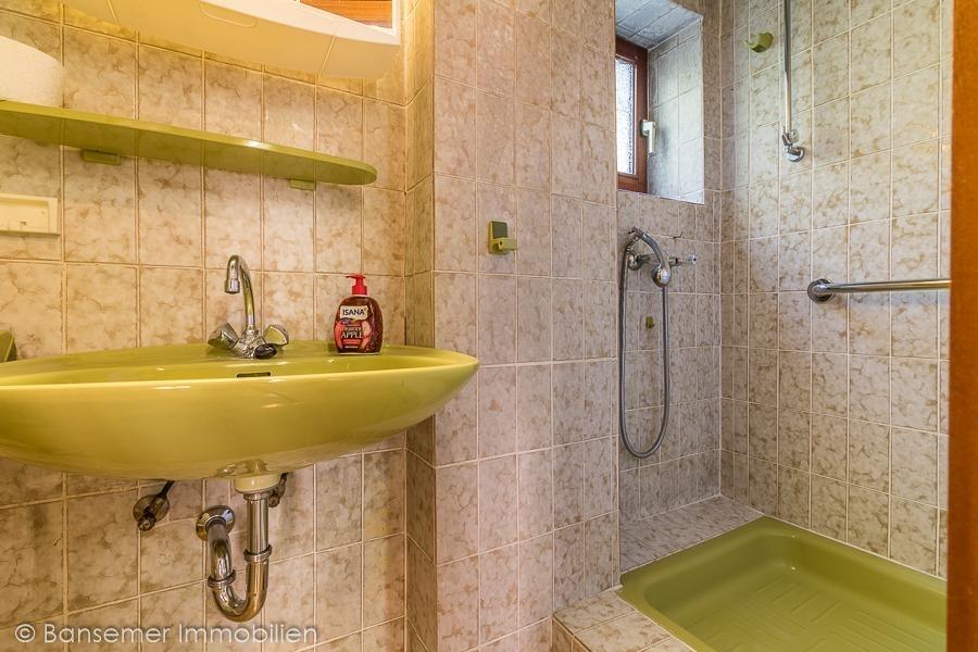 EG: Bad mit Dusche unter der Treppe