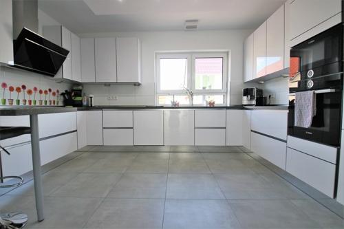 elegante große Küche