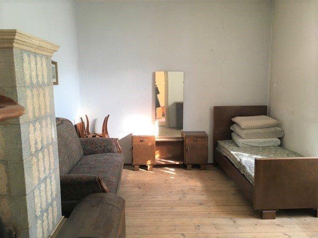Zimmer mit Kachelofen_stanza con stufa a maiolica