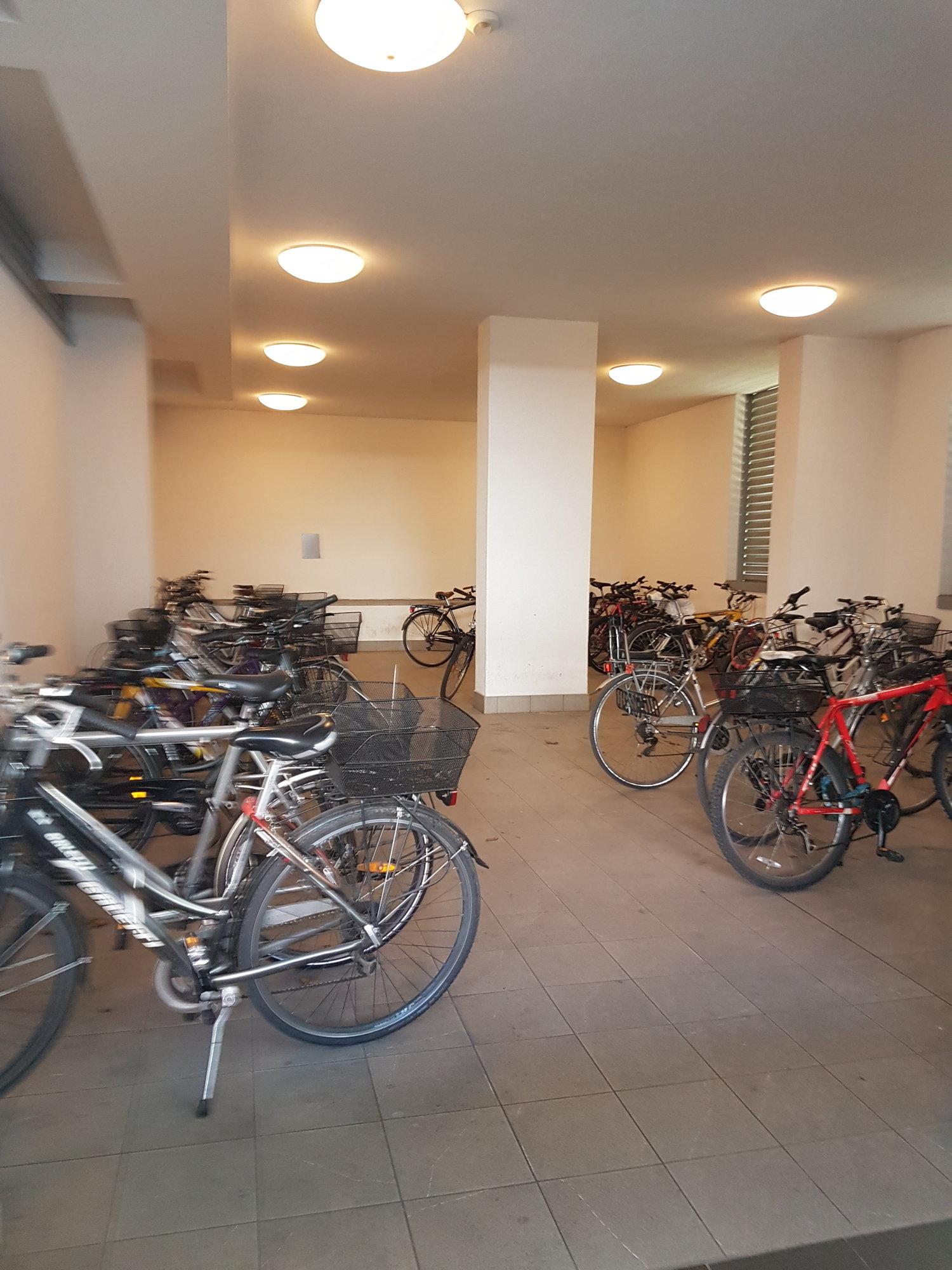 Überdachte Stellplätze für Räder_spazio coperto per bici