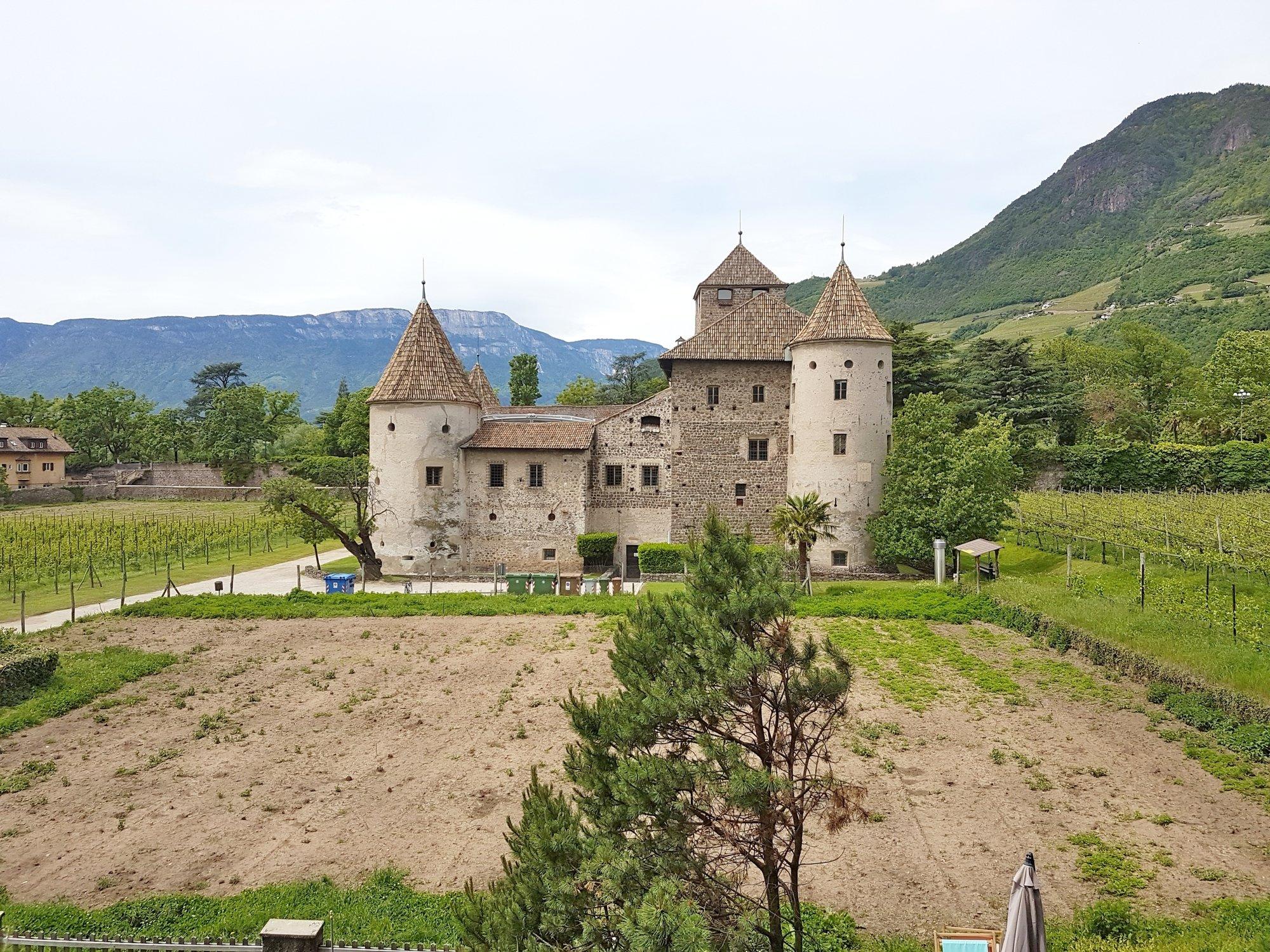 Blick auf Schloss Maretsch_visto su Castel Mareccio