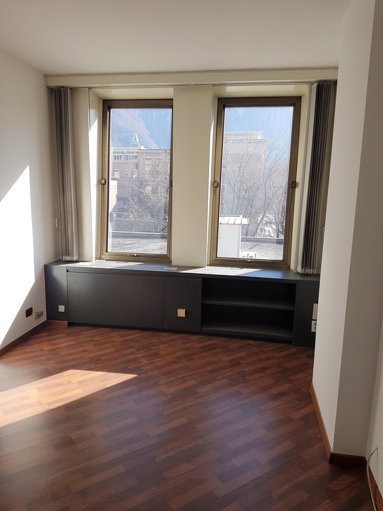 Sonniges  Büro_ufficio soleggiato