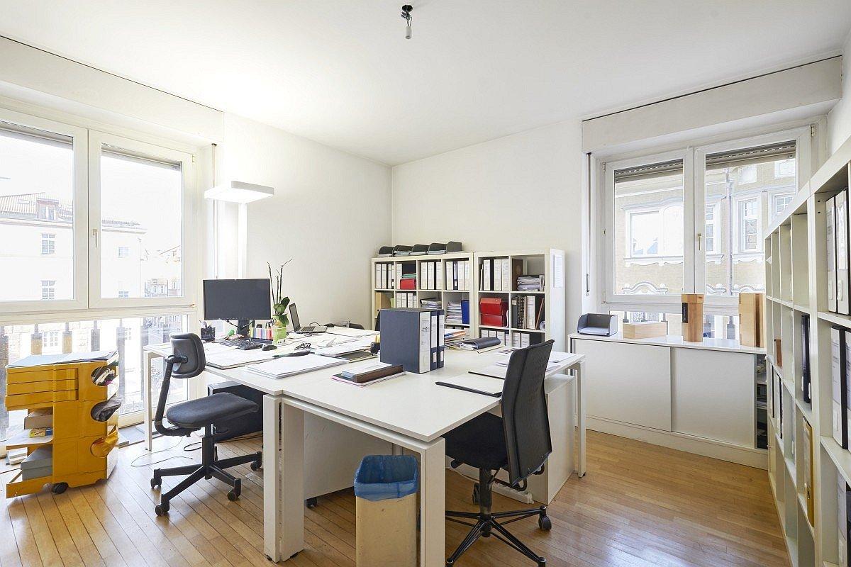 Büro mit viel Licht