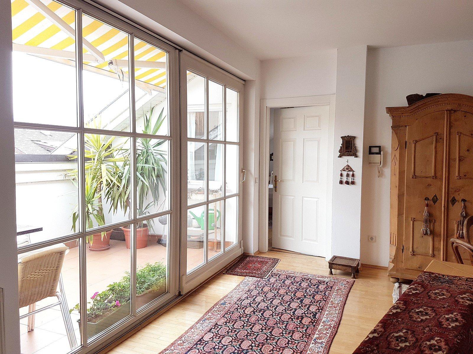 Balkon mit großer Fensterfront