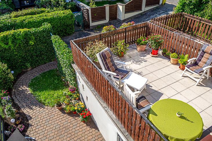 Blick auf Terrasse + Garten