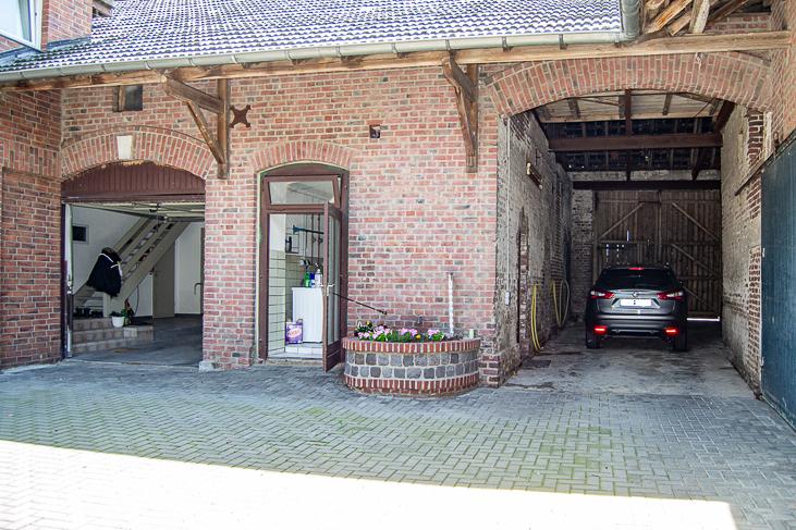 Innenhof mit Scheunen...