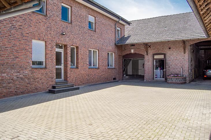 Innenhof mit Haupthaus...